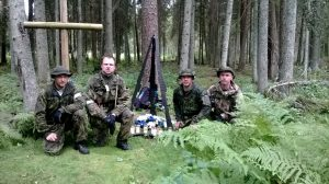 Domus Kinnisvara meeskond (paremalt: Toomas Vaks, Lars Teas, Virgo Laansoo, Ingvar Allekand) Eidapere lähedal metsavendadele pühendatud mälestusmärgi ees enne lõpujooksu starti